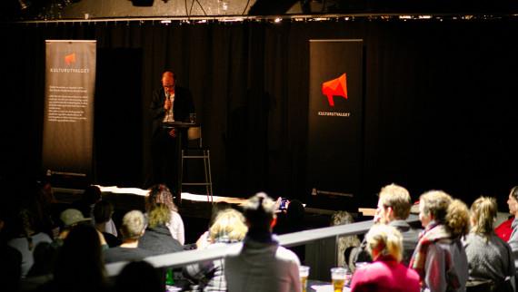 Hans Olav Lahlum under foredraget om norsk litteraturhistorie. Foto: Bjørnar Berge/ Studentenes fotoklubb