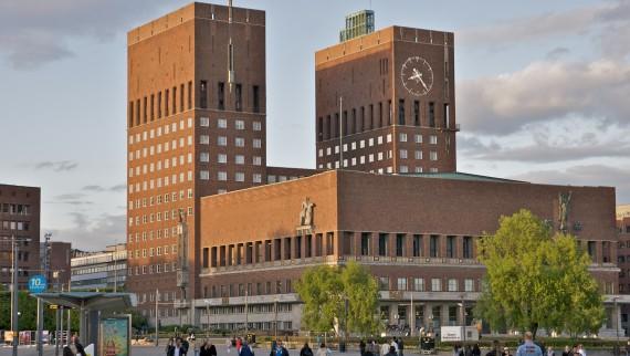 «Oslo rådhus (by alexao)» av Alexander Ottesen - Oslo rådhus. Lisensiert under CC BY 2.0 via Wikimedia Commons - https://commons.wikimedia.org/wiki/File:Oslo_rådhus_(by_alexao).jpg#/media/File:Oslo_rådhus_(by_alexao).jpg